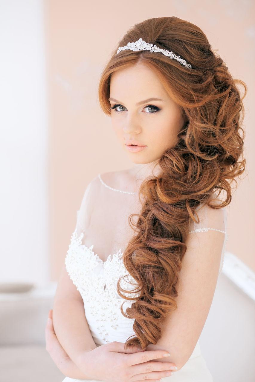 Причёски на свадьбу с короной фото