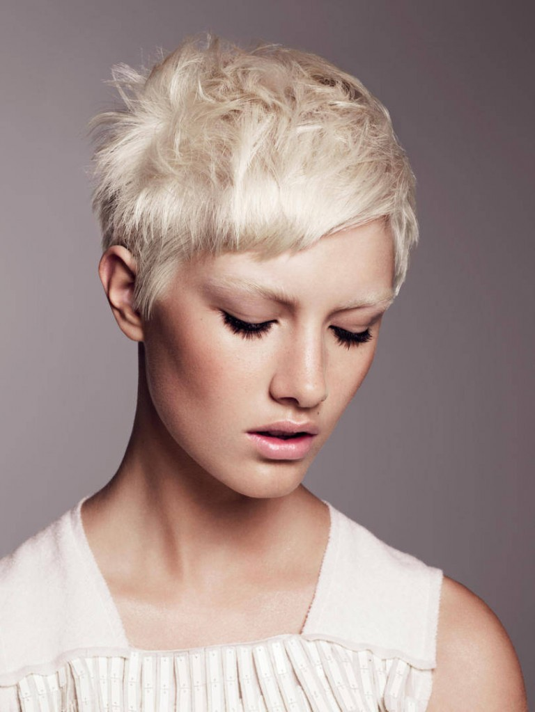 Каждый день девушки и женщины мучаются, чтобы что-то предпринять с тонким типом волос, а при отсутствии объема это совсем не просто сделать.